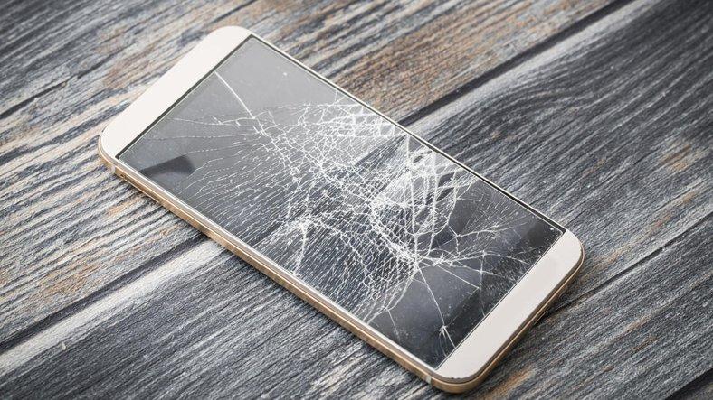 Kırık ya da Çatlak Ekranlı Telefon Kullanımı Zararlı mı?